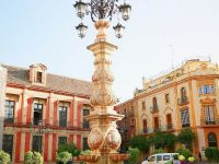 gatelykt med fontene utenfor Sevilla katedralen