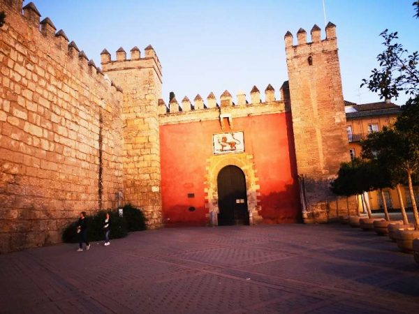 reales alcazares med solnedgangslys i Sevilla