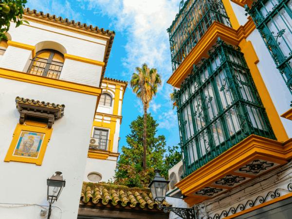 hvit byggning med gule kanter i jødekvarteret Sevilla